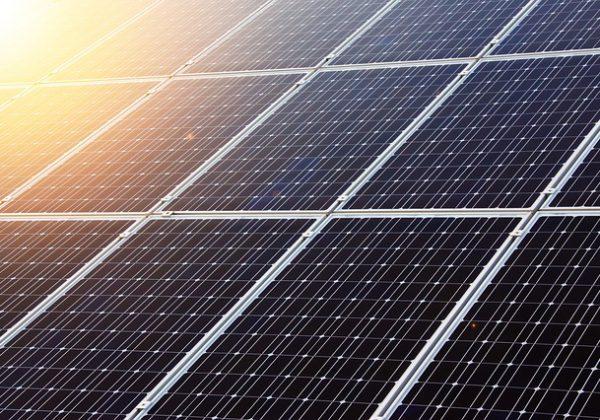 יתרונות בהתקנת לוחות סולאריים על גג בית פרטי